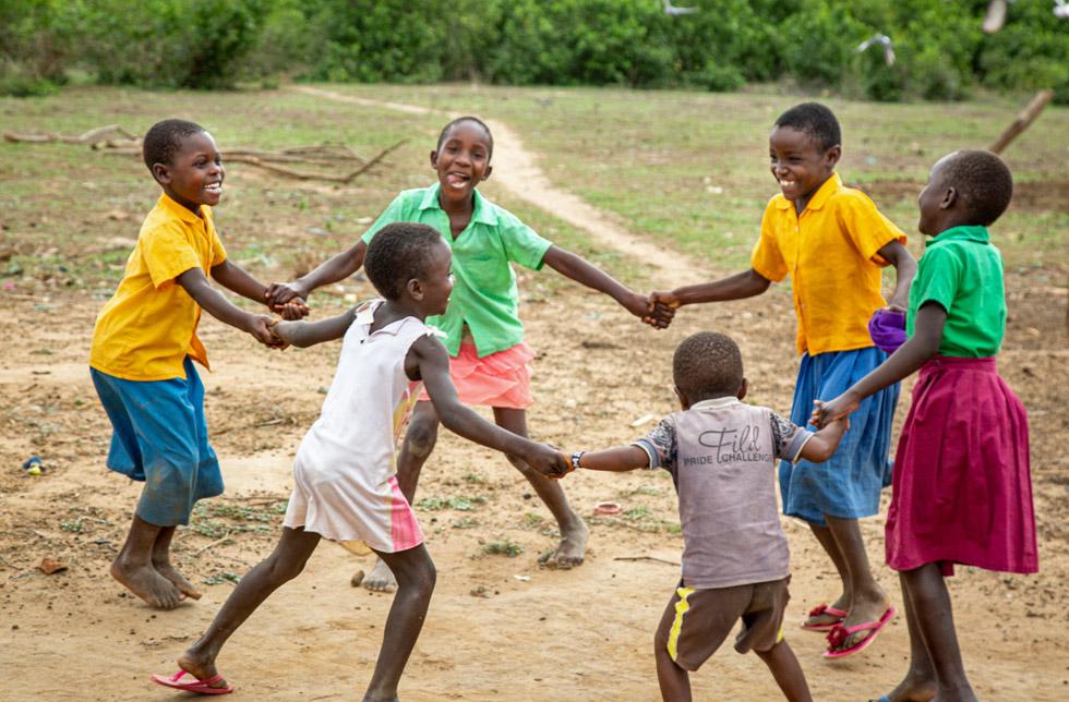 Kenia: Kinder tanzen Ringelreihen