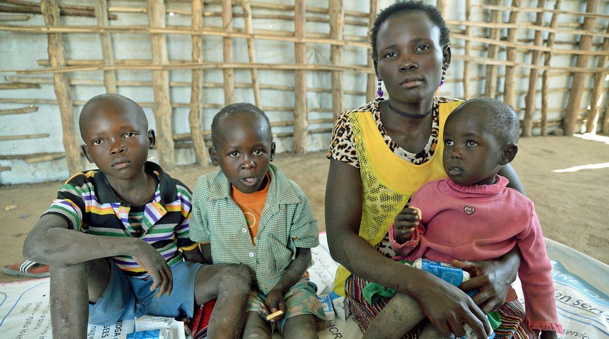 e0eaa2eb7d8b79 Endlich in Sicherheit: Nach sieben Tagen Flucht aus Südsudan haben es Jonas  (10), Joel (9), Rose (27) und Baby Betty (v. l.) ins Auffanglager in Uganda  ...