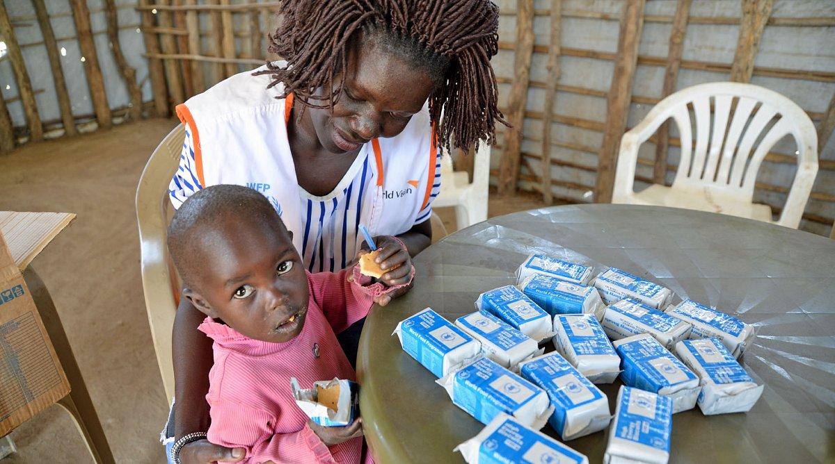 5ab96de5aaae29 Flüchtlinge aus dem Südsudan, eine Mutter mit ihren drei kleinen Kindern im  Zeltlager in Uganda