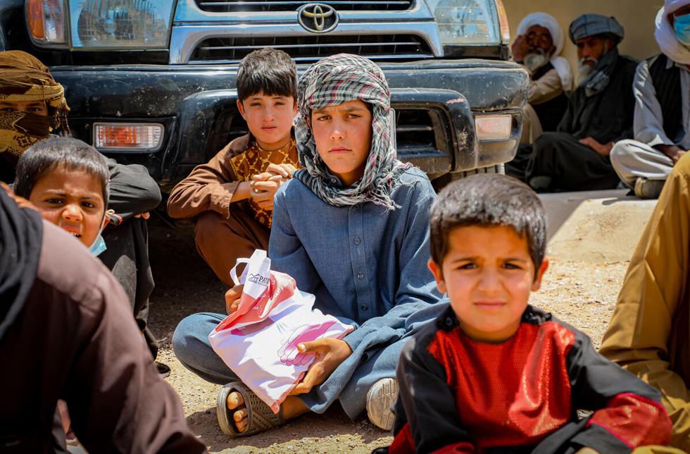 Enfants afghans assis ensemble.