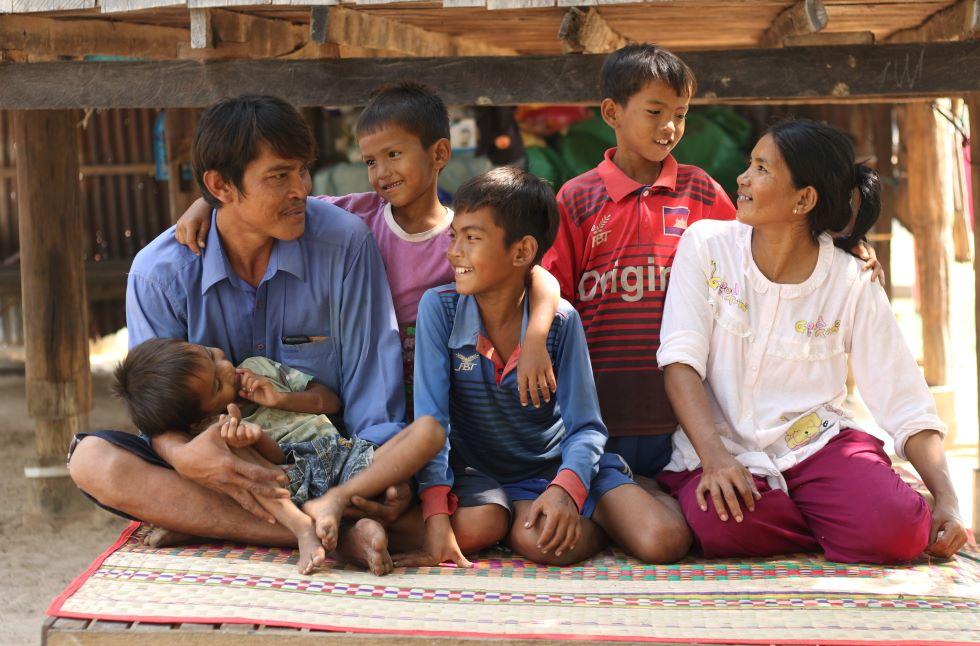 Eine Familie mit vier Söhnen aus Kambodscha