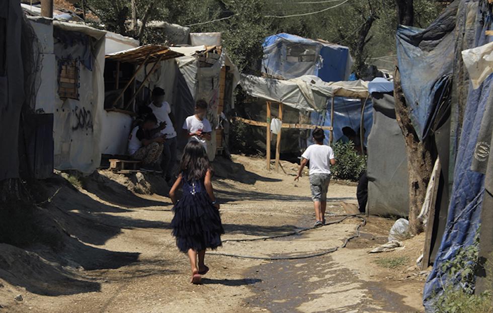 Kinder vor Zelten auf der Insel Lesbos im Flüchtlingslager Moria.
