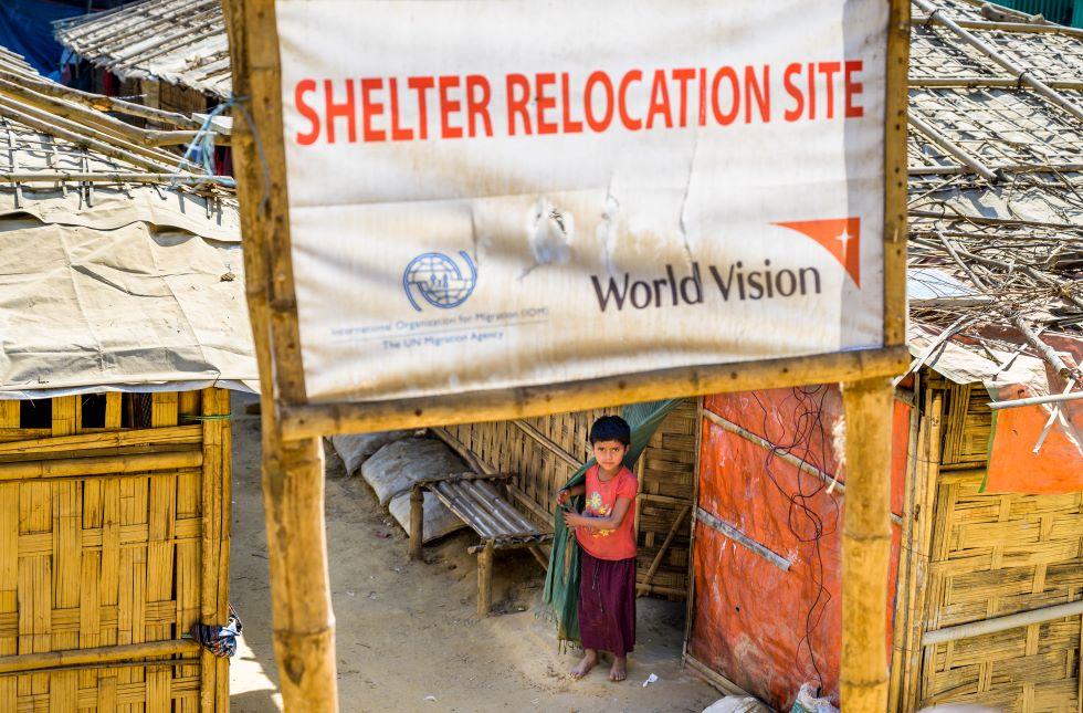 Ein geflüchtetes Rohingyakind vor von World Vision bereitgestellten Unterkünften