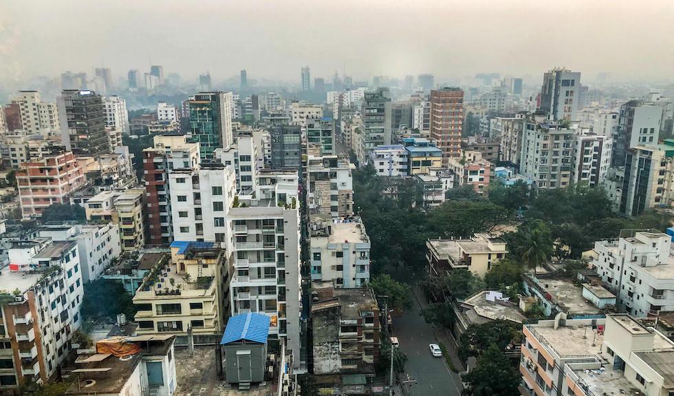 Bangladesch: Luftaufnahme von den Hochhäusern Dhakas. Über der Stadt liegt eine Dunstglocke.
