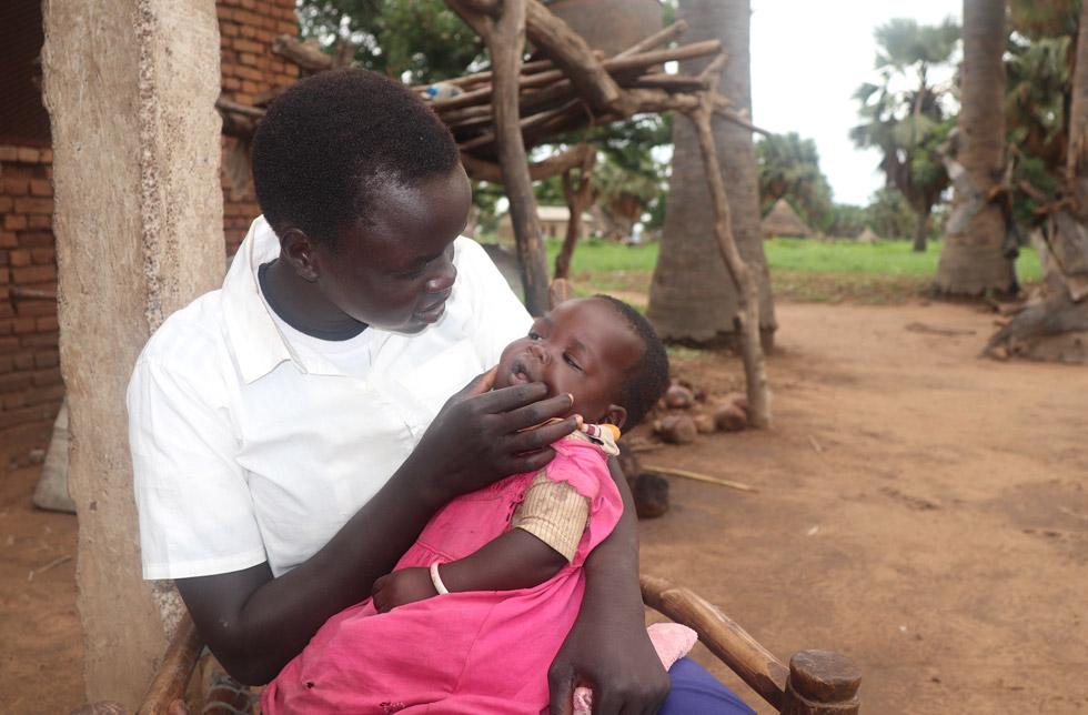 Südsudan: Eine junge Mutter hält ihr Kind in ihren Armen.