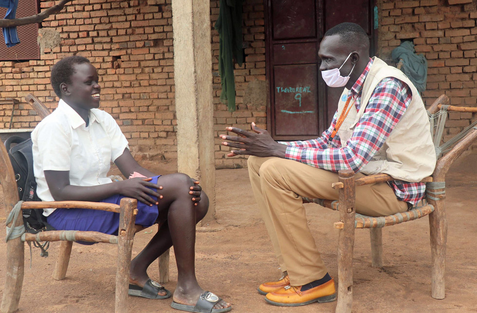 Südsudan: Ein Mitarbeiter von World Vision klärt eine Frau über ihre Rechte auf.